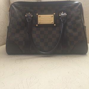 Classic Luis Vuitton handbag. Satchel type
